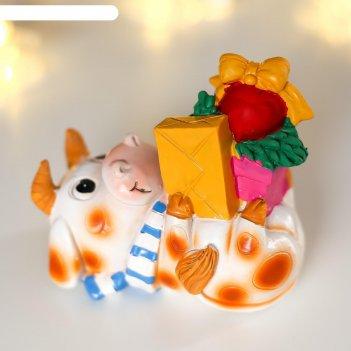Сувенир полистоун бычок играет с подарками