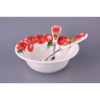 Салатник помидоры с раскладочной ложкой и вилкой...