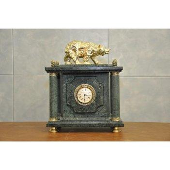 Часы из зеленого мрамора с медведем