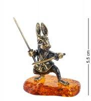 Am- 983 фигурка заяц самурай с мечами (латунь, янтарь)