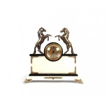 Часы из белого мрамора с лошадками