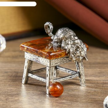 Сувенир из бронзы и янтаря кот с мячиком  6,3 см