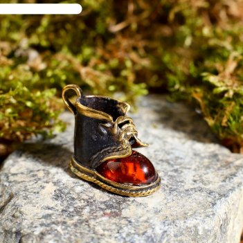 Сувенир из латуни и янтаря ботинок