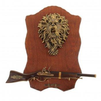 Сувенирное изделие ружье на планшете с крупным накладным элементом лев