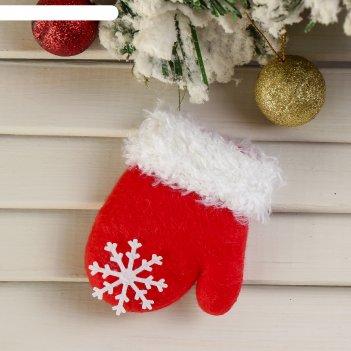 Подвеска красная варежка со снежинкой (пушистая)