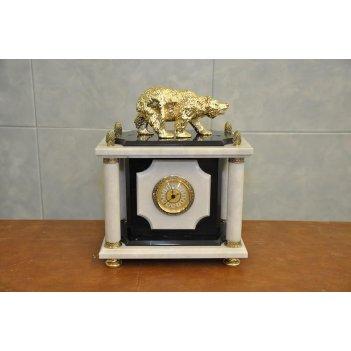 Часы из черно-белого мрамора с медведем