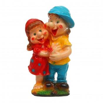 Садовая фигура мальчик с девочкой средняя
