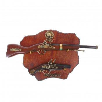 Сувенирное изделие мушкет и ружье на планшете со львом