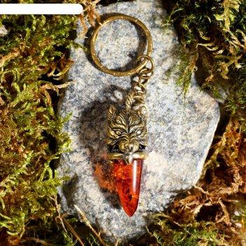 Брелок из латуни и янтаря клык волка маленький 2х5 см