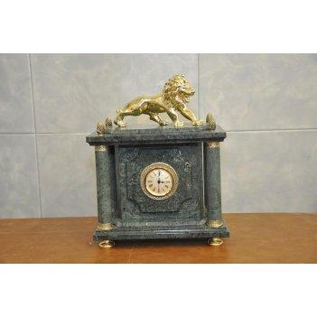 Часы из зеленого мрамора с львом