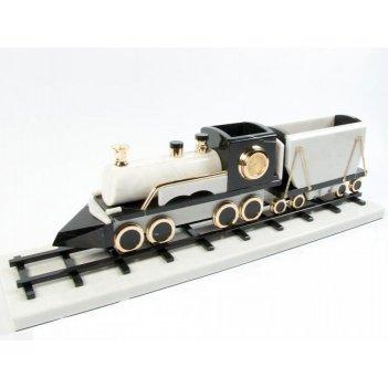 Поезд из черно-белого мрамора