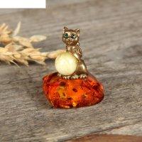 Сувенир из латуни и янтаря кошка