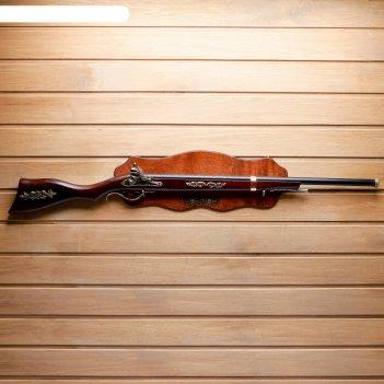 Сувенирное изделие ружье на планшете, на прикладе резной элемент