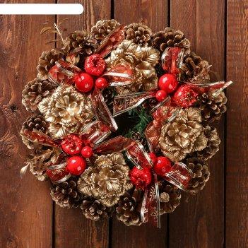 Венок новогодний d-22 см шишки золотые с красными ягодами