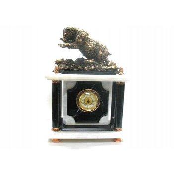 Часы из обсидиана с фигуркой медведя