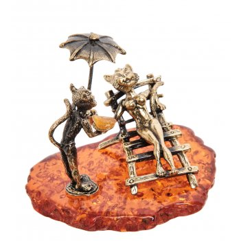 Am-1795 фигурка коты под зонтом (латунь, янтарь)