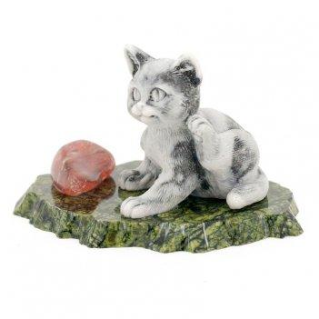 Сувенир котенок чешет ухо