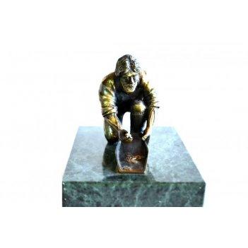 Золотостаратель из бронзы на подставке из мрамора