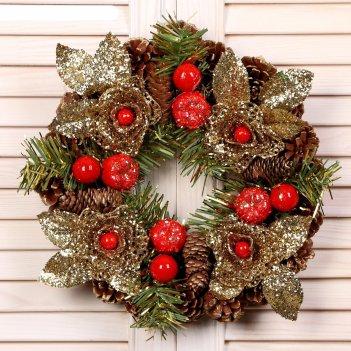 Венок новогодний d-22 см шишки с золотыми цветами и красными ягодами