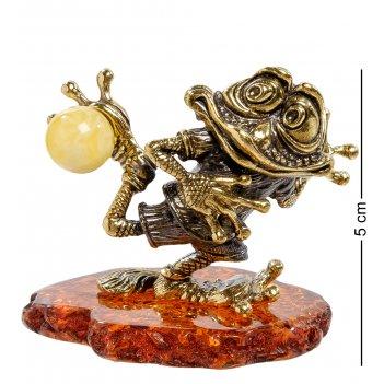 Am-2200 фигурка лягушка-футболист (латунь, янтарь)